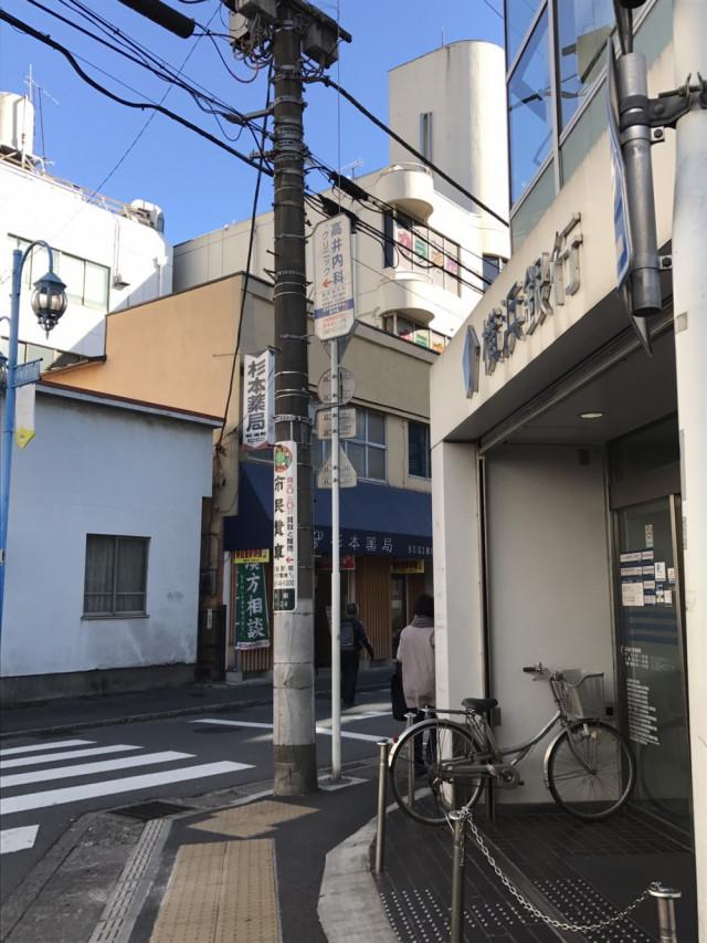 横浜銀行を右です。