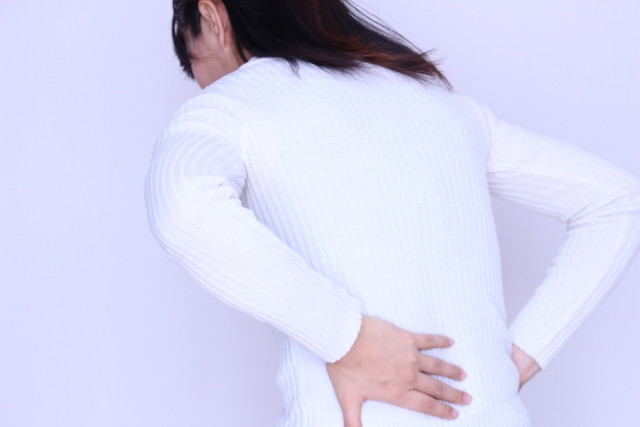梨状筋症候群でお尻から下肢へ痛みを感じている女性写真
